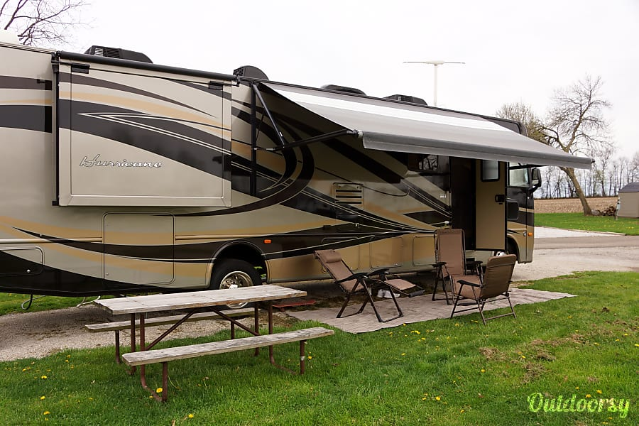 exterior 2013 Thor Motor Coach Hurricane. 36 FT. Sleeps 8 Green, OH