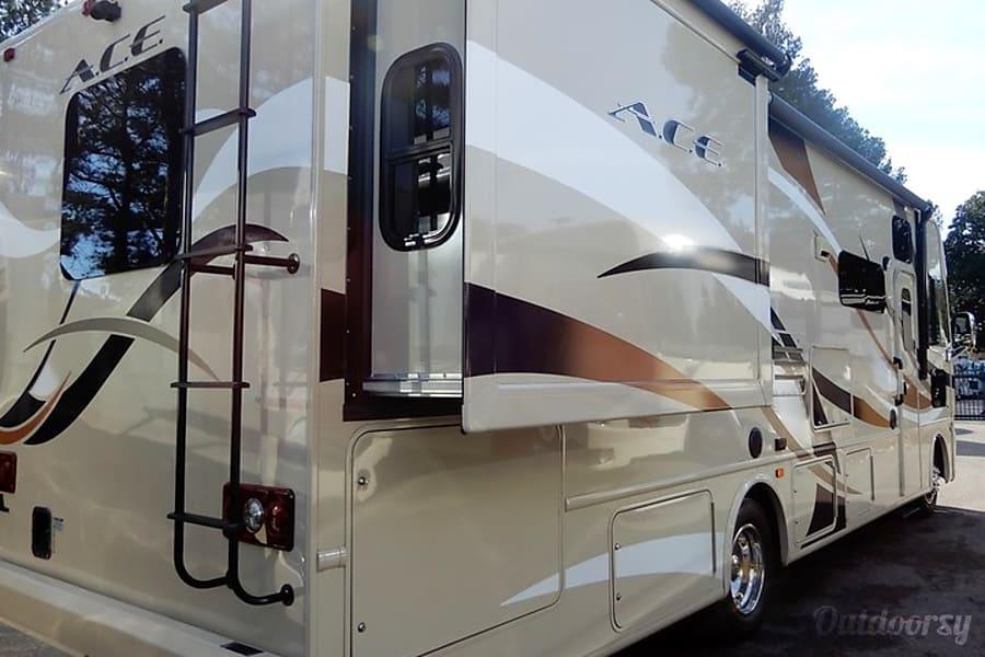 exterior 2015 Thor Motor Coach A.C.E Huntington, WV