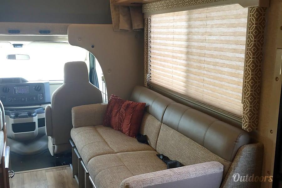 interior 2017 Thor Motor Coach Freedom Elite New Braunfels, TX