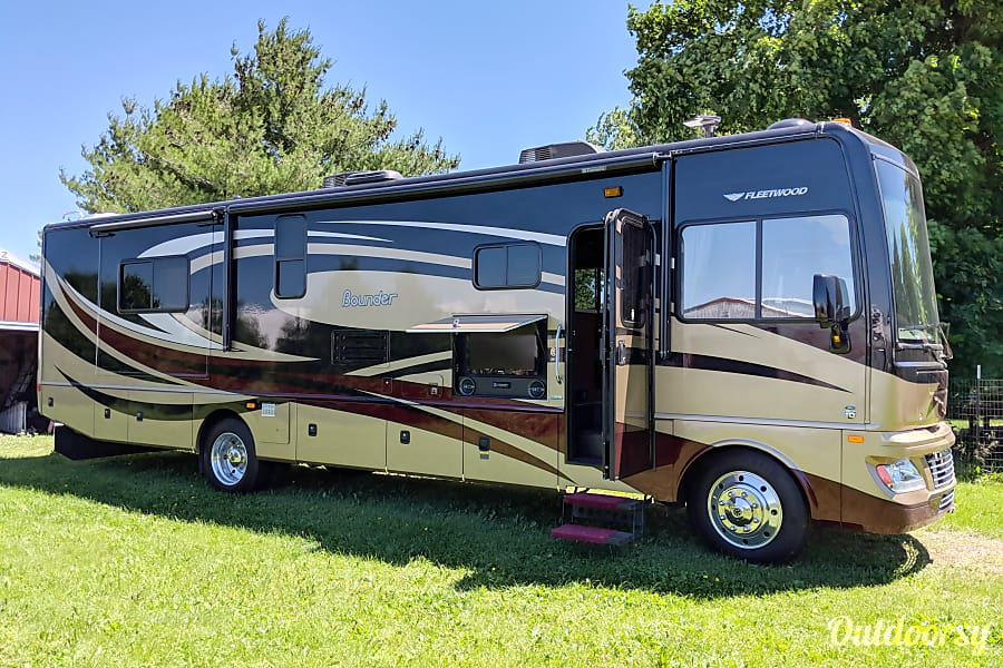 exterior 2013 Fleetwood Bounder 35K Cottage Grove, WI