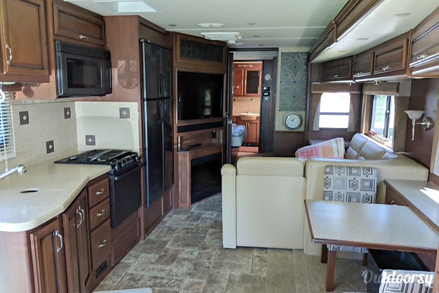 2013 Fleetwood Bounder Motor Home Class A Rental In
