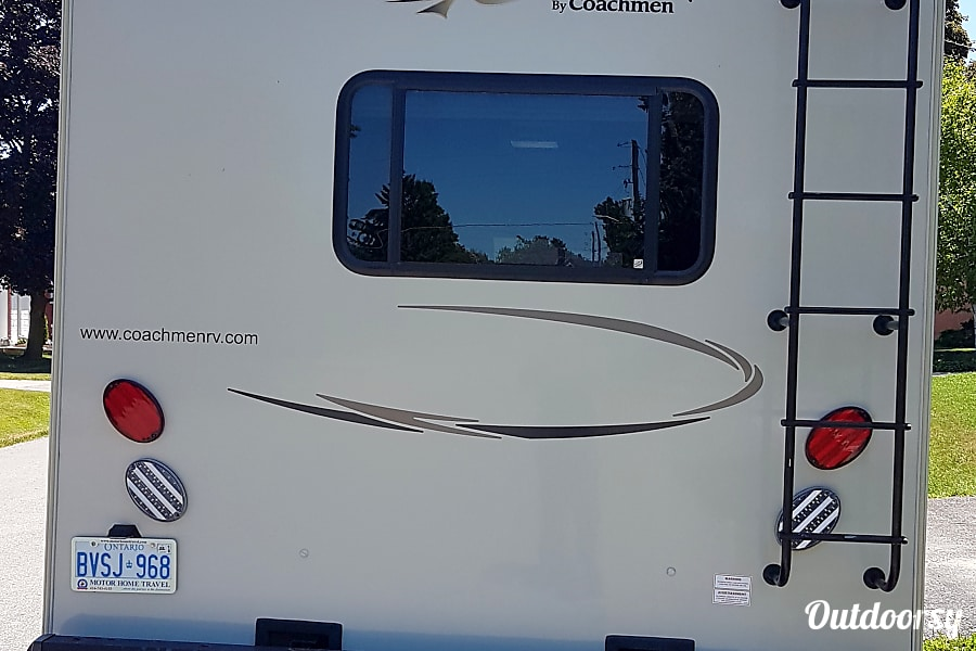 exterior 2015 Coachmen Leprechaun 320BHF Caledon, ON
