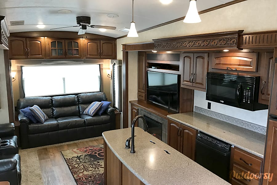 interior Luxurious Keystone Montana 5th wheel Buda, TX