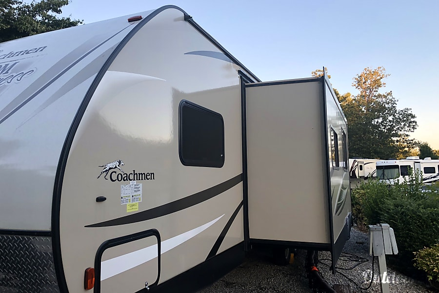 exterior 2017 Coachmen Freedom Express Federalsburg, MD