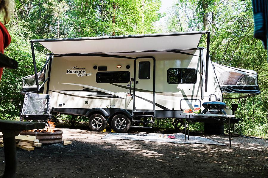 exterior 2018 Coachmen Freedom Express 23 TQX Hamilton, ON
