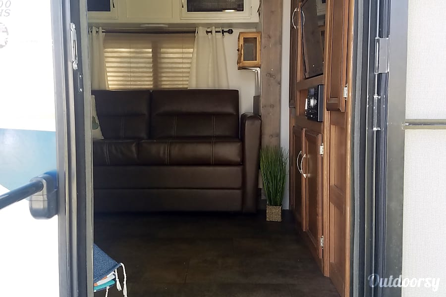 exterior 2017 Coachmen Apex 300BHS Bishop, CA