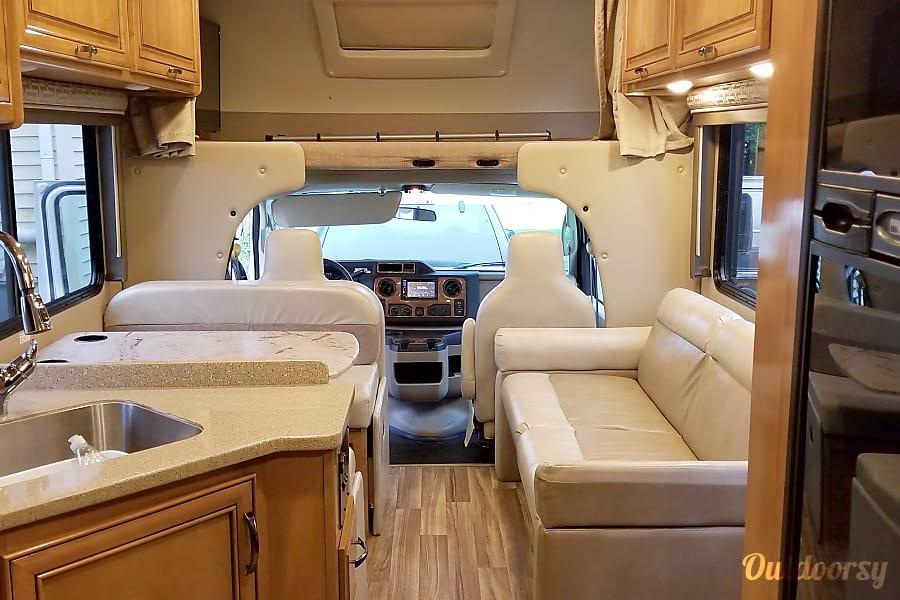 2018 Thor Motor Coach Quantum Motor Home Class C Rental In
