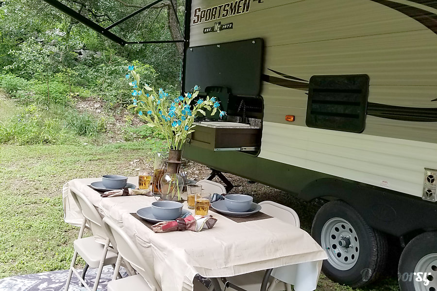 2018 Sportsmen NO PREP FEES.Kuerig coffee maker, Amazon Prime,Bluetooth speakers inside/outside, USB ports, outdoor kitchen table, 4 chairs, too many EXTRAS to list. Scroll through our page and see for yourself and save $. San Antonio, TX