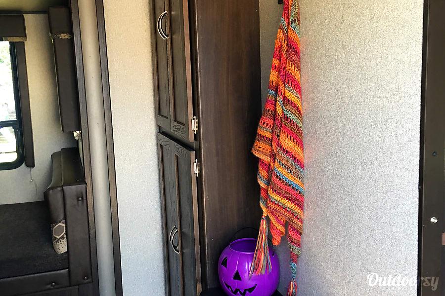 Bunk Beds, Entertainment Center and Fun!  2018 270LE Keystone Springdale Granbury, TX