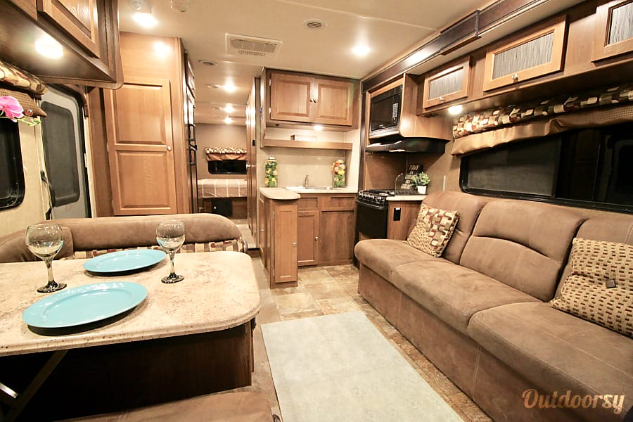 32' *NEW* LUXURY Leprechaun DOUBLE SLIDE OUT-Sleep 10 Oceanside, CA
