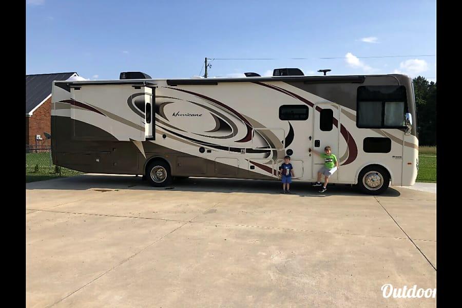 exterior 2018 Thor Motor Coach Hurricane Southside, AL