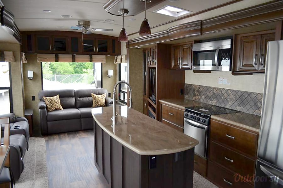 2015 Forest River Sandpiper (Installé permanent/permanently parked) Sainte Catherine, QC