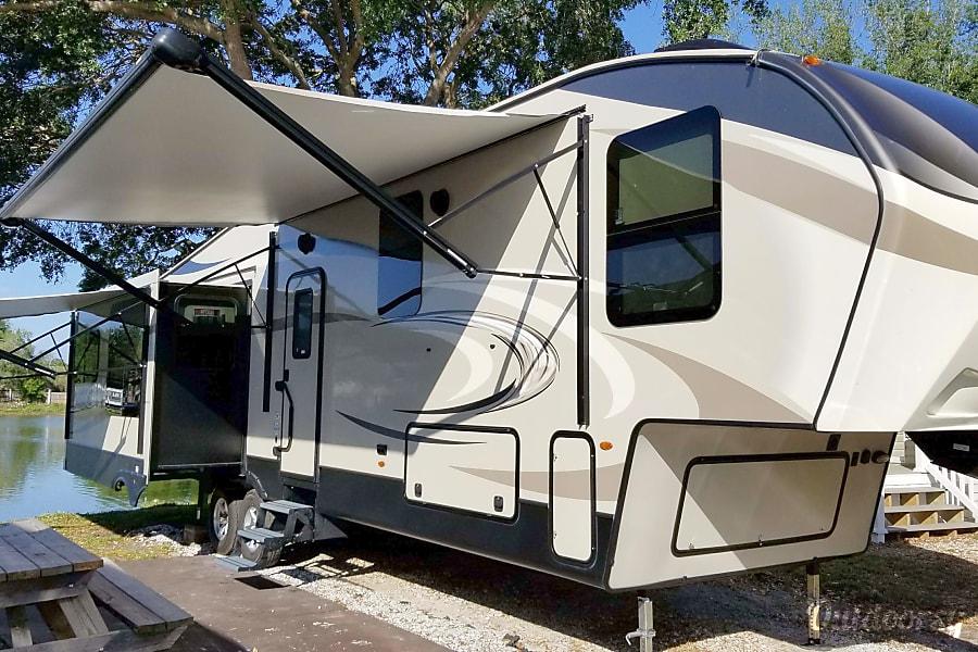 exterior Reyes' Rental : 2017 Keystone Cougar 359MBI Lakeland, FL