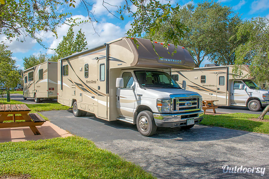 2017 Winnebago Minnie Winnie 27q Motor Home Class C Rental