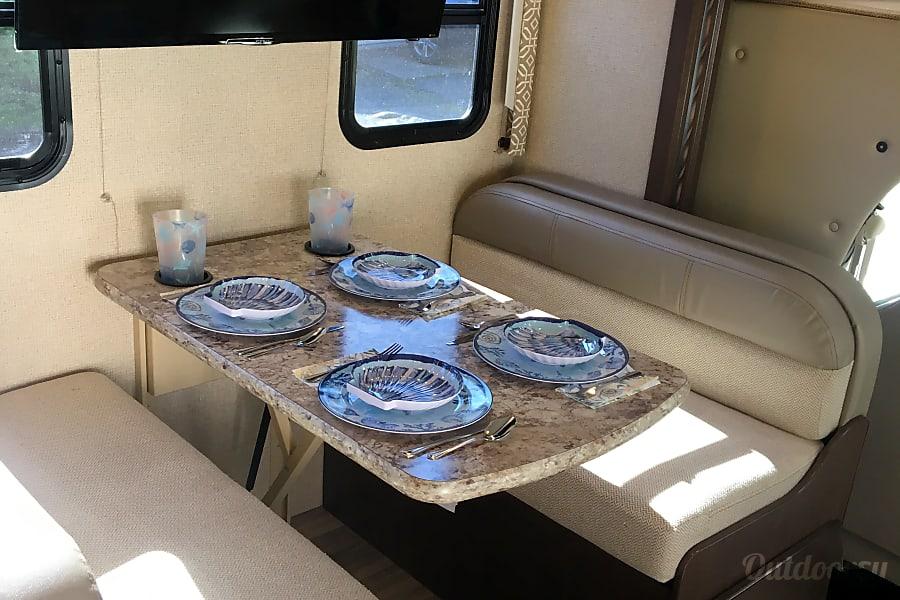 interior 2017 Thor Motor Coach Freedom Elite Salem, MA