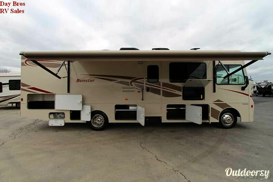 exterior 2017 Winnebago Sunstar Vista 31BE Aylmer, ON