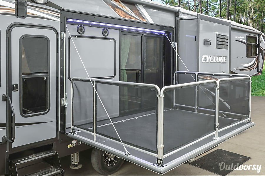 2016 Heartland Cycone W Deck Fifth Wheel Rental In