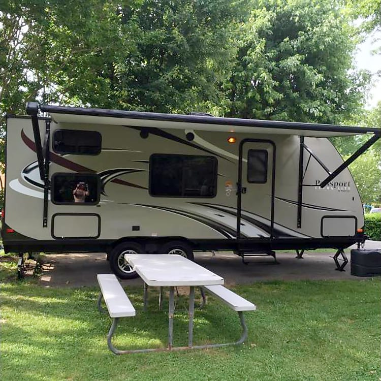 Great Sized Family Pull behind Ultra Lite Camper. Great for Any family tailgate or event.