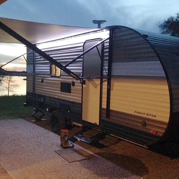 Large electric awning and outdoor lighting makes evenings by the lake an absolute breeze.