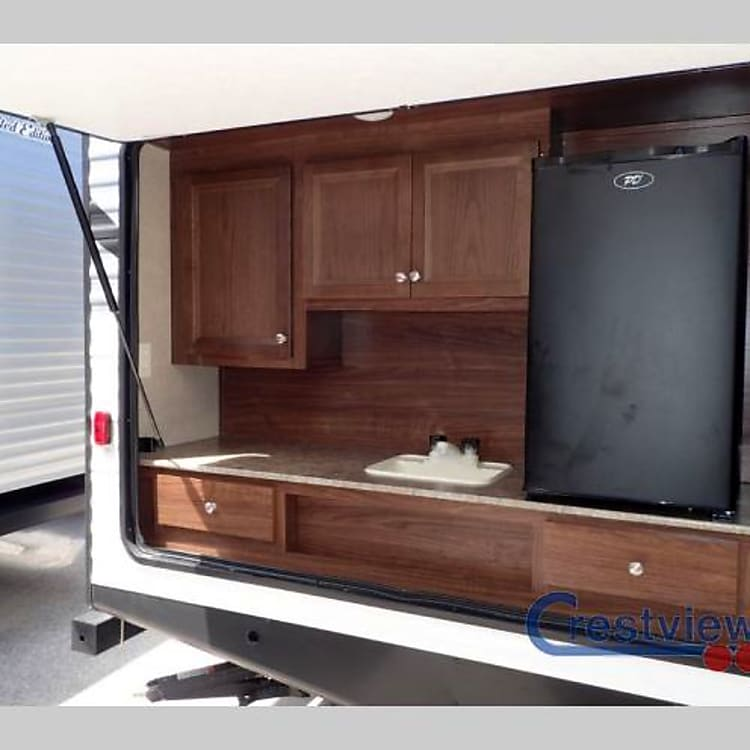 Outdoor Kitchen with 120v fridge/freezer and sink.