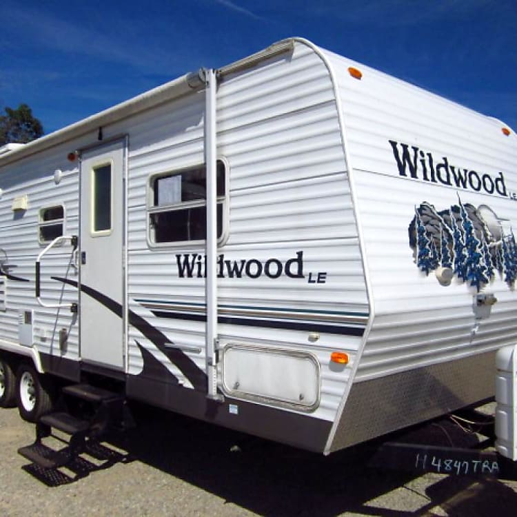 This Wildwood trailer looks fresh and nice with bright and appealing colours of white with blue. There are lots of windows and a patio blind for either sunny or drizzly days. It looks nice in any campground. Almost looks like it was just driven off the dealership lot!