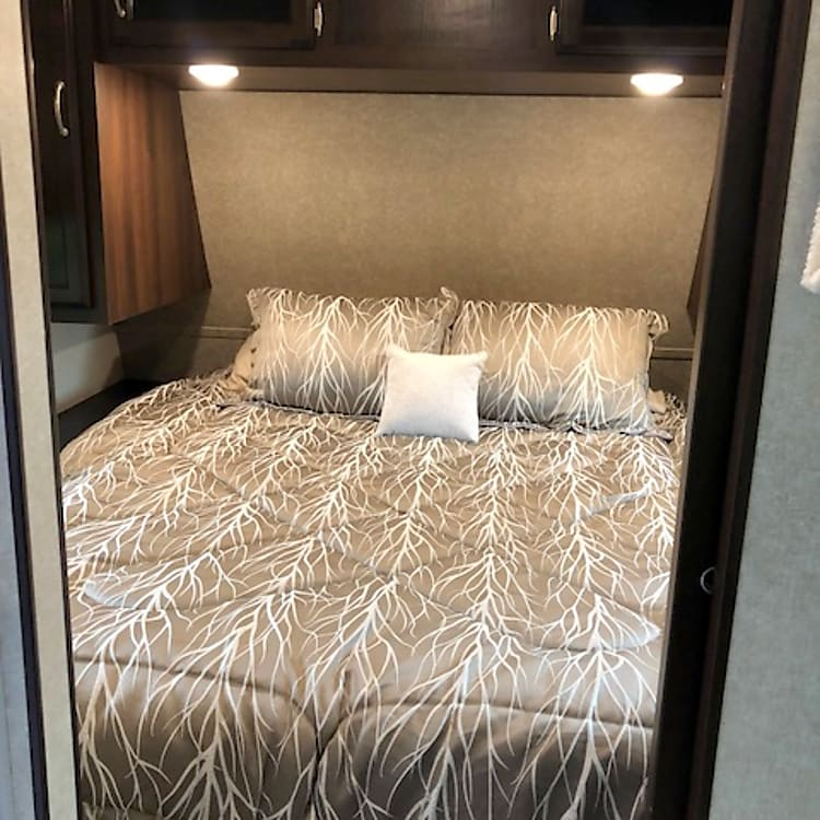 Queen bed room with plenty of room to move around