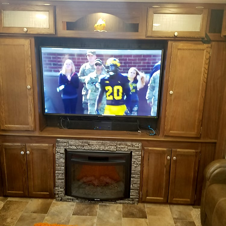 Great camper for tailgating or entertaining ! 55 inch tv with a bar and an open floor plan. Sleeps 6