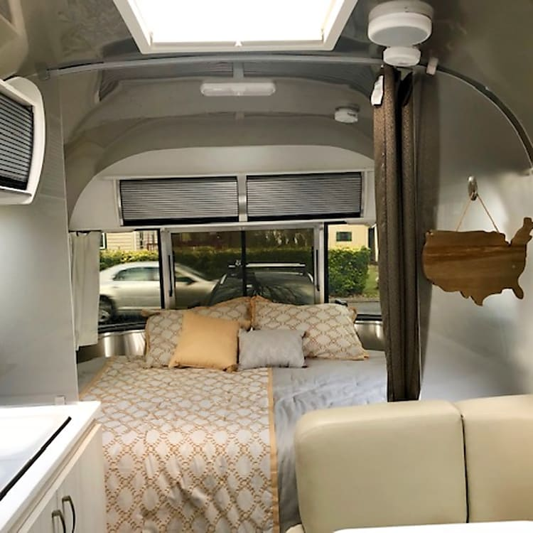 Queen size bed in the front with great views and ventilation throughout!