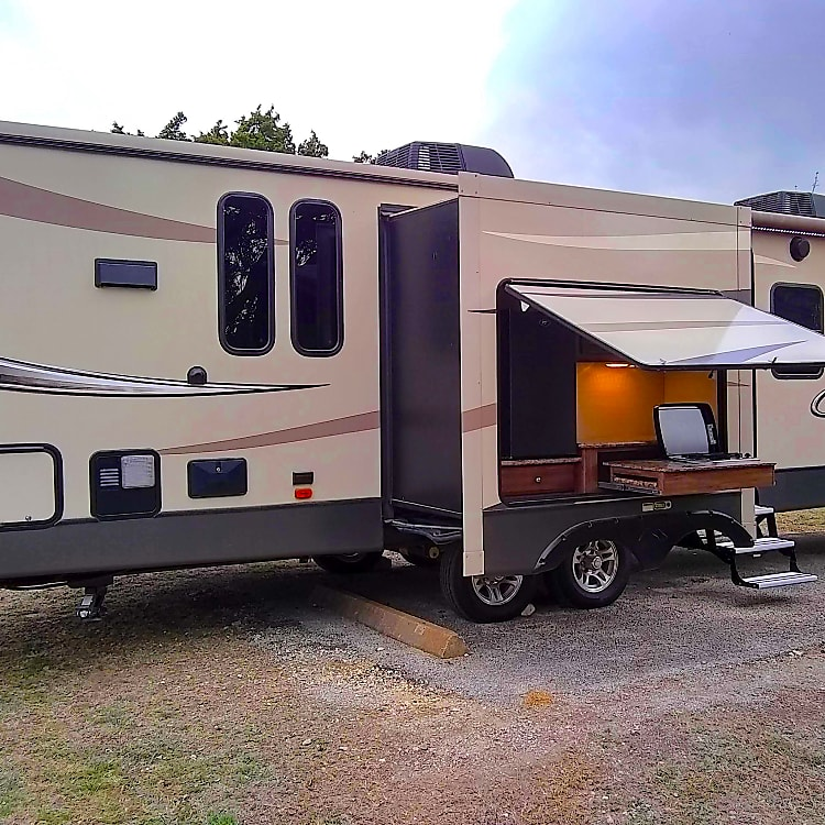 This beautiful Keystone Cougar is waiting to explore with you! 36' of comfort and amenities makes your outdoor experience feel like home.