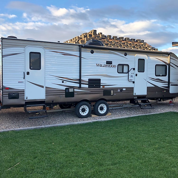 27' Wildwood with, automatic Awning and exterior porch speakers. 2 entries for more privacy