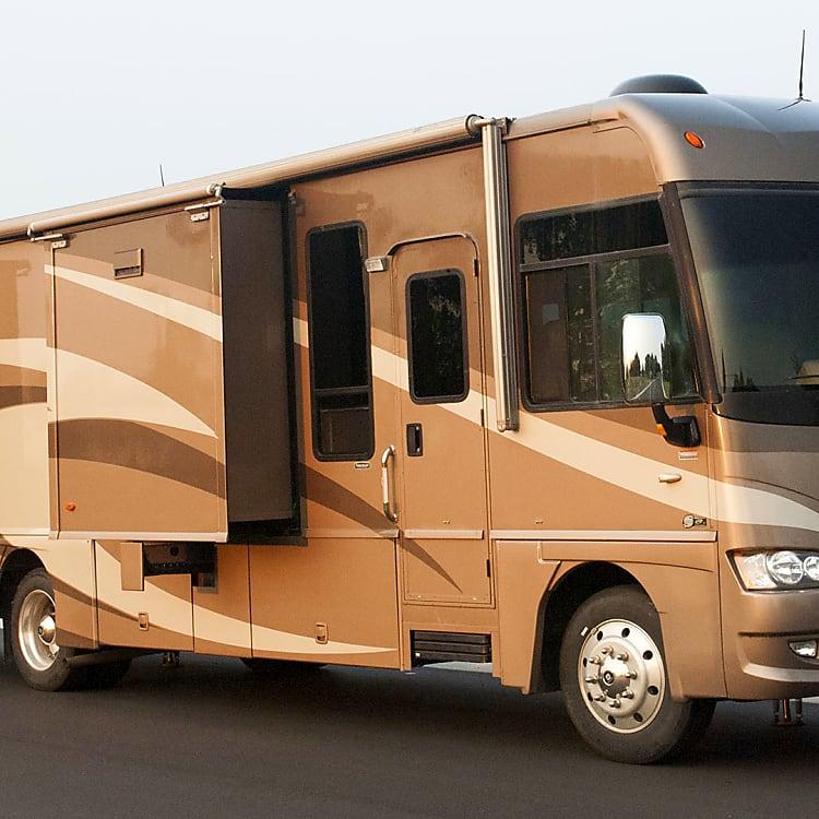 Passenger Side W/ Kitchen & Bedroom Slide-Out.  Large Basement Compartments.