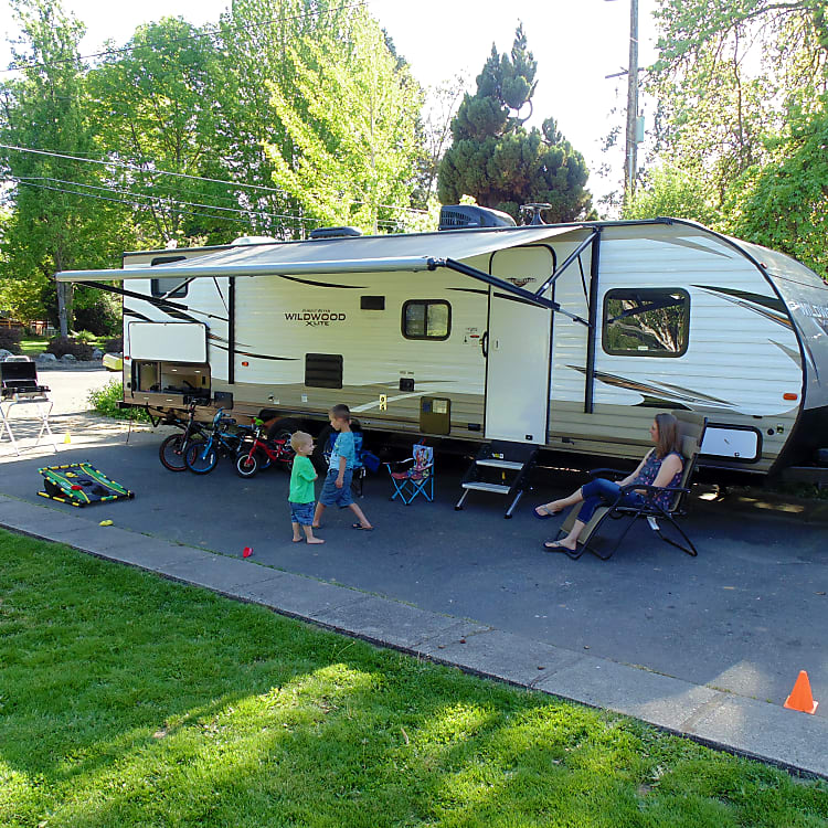 Great Family Fun, Get Out and explore the Great Pacific Northwest. Whether its enjoying the highway 101, skiing in Ashland or Shasta or exploring the great Redwoods National Forest, this R.V. has enough room for the whole family.