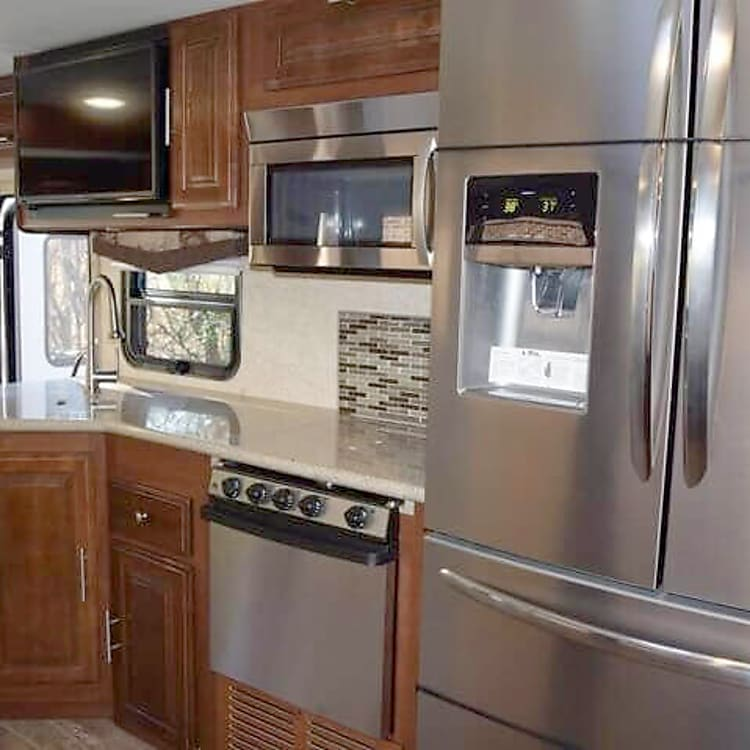 Well equipped kitchen with full size fridge with water and ice in door.