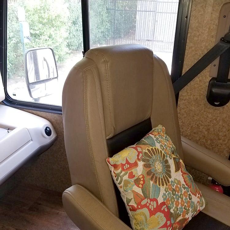 Swiveling passenger seat