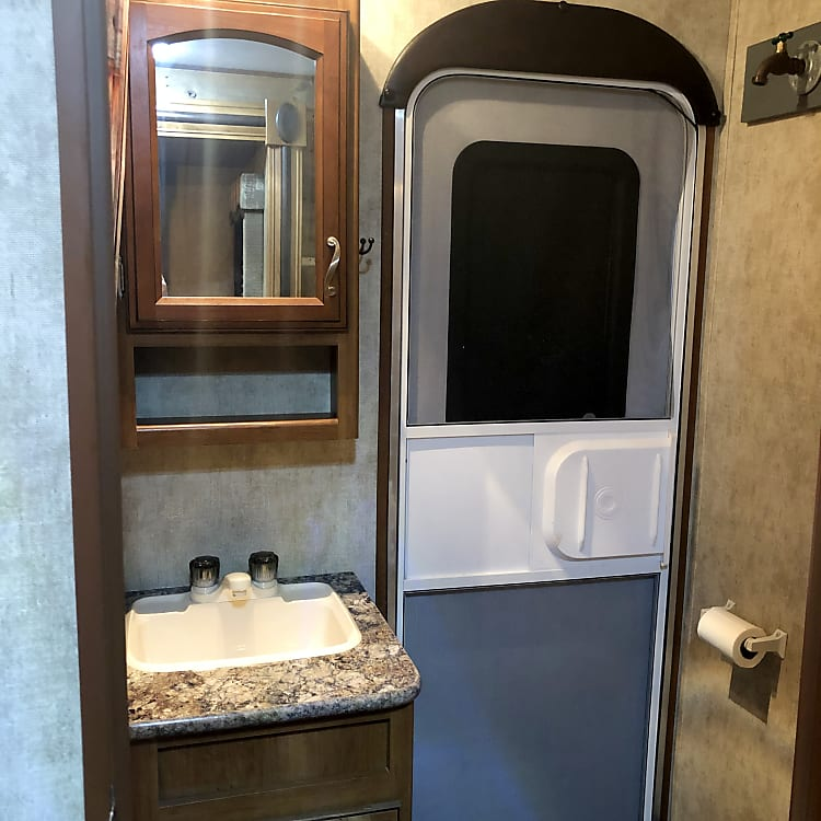 BATHROOM W/2ND ENTRY DOOR