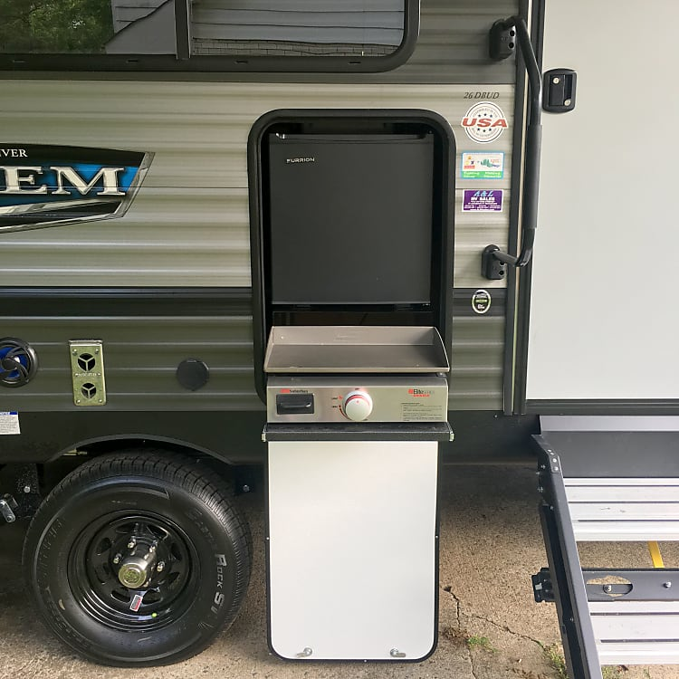 Outdoor Griddle and Fridge