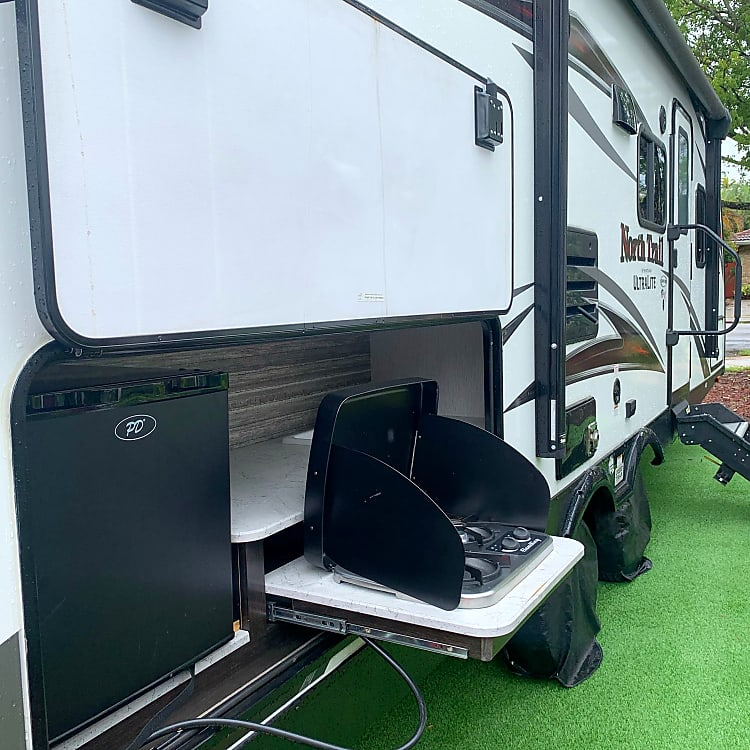 outdoor kitchen / mini fridge/ tv antenna and power outlet