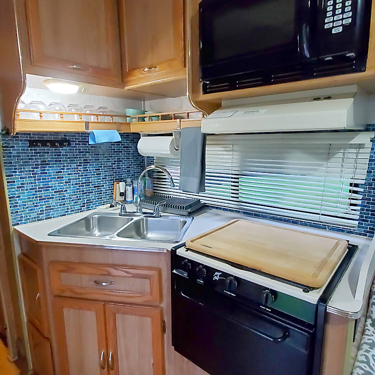 Kitchenette with gas stove/ oven