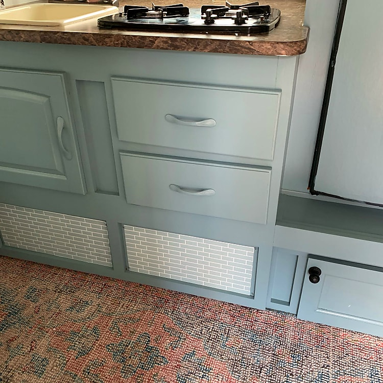 Fully stocked cupboards, luxury rug.