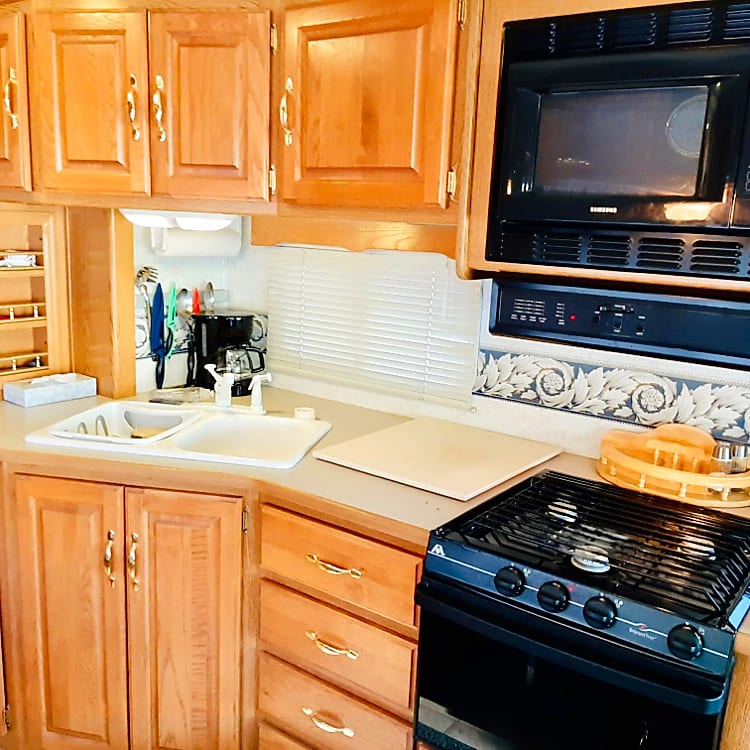 The openness of the kitchen area is liberating! You'll be able to cook without stepping on toes. Sanitized and clean is how you'll pick it up keeping you safe from viruses and germs.