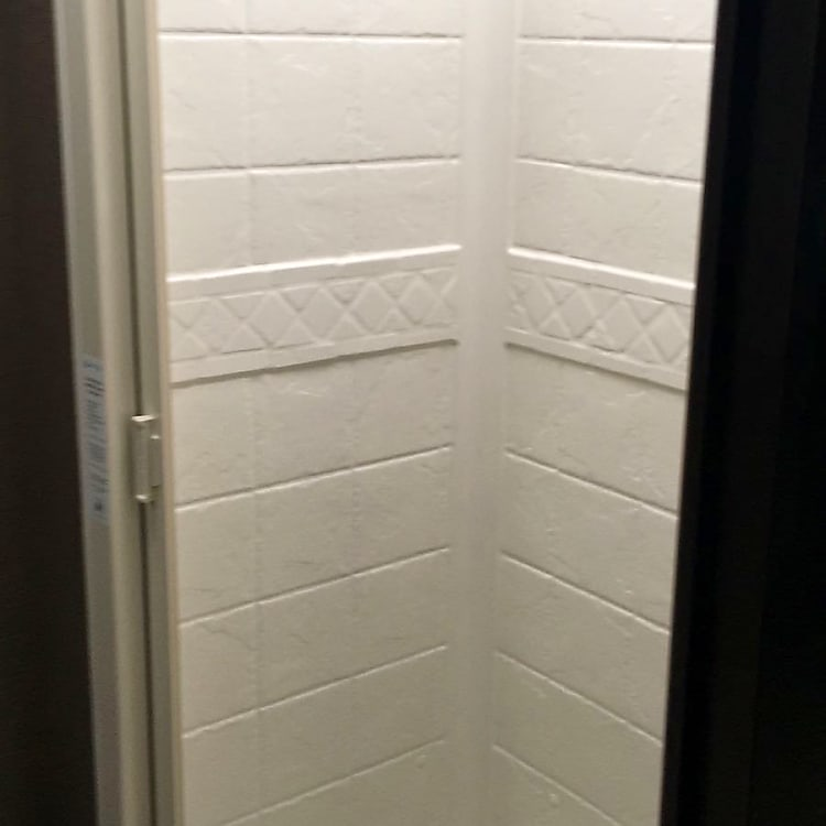 Shower with sliding screen with enough space for someone 6ft