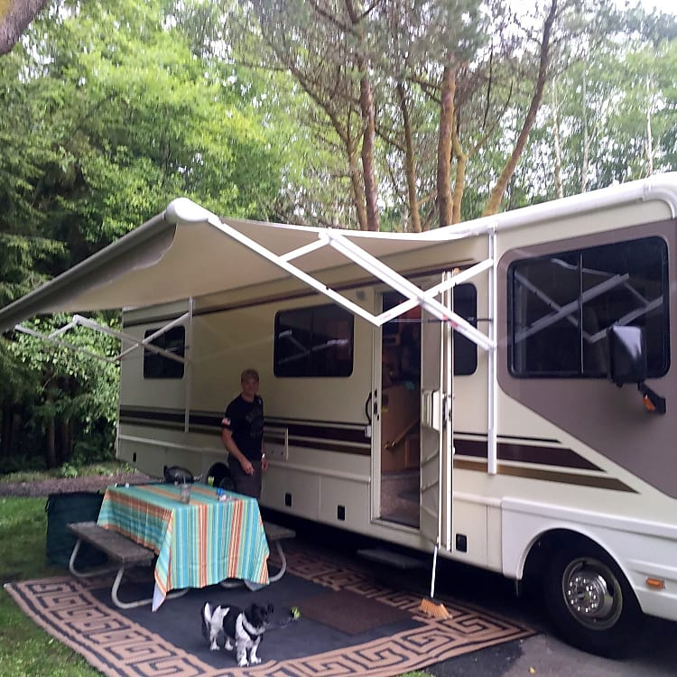 Nice large power awning (Sammy wanted in the picture)