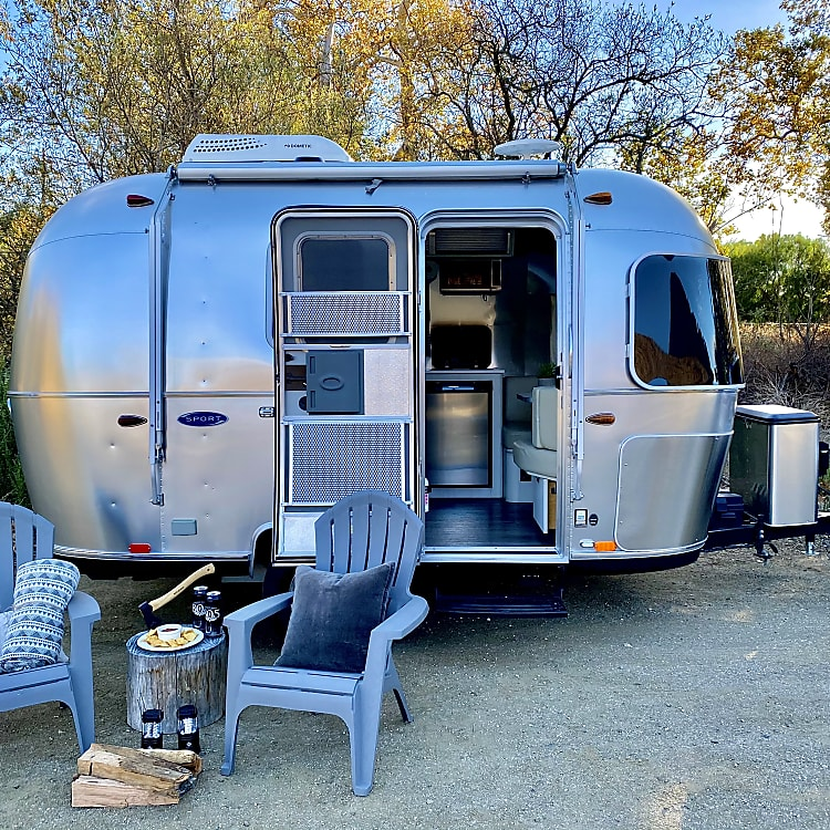 Simple and yet the Airstream Bambi offers you everthing you need.