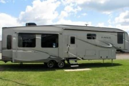 40' Jayco Eagle Premium 5th Wheel Sleeps 10 W/6 beds Outdoor Kitchen on