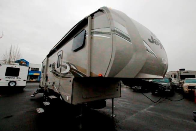 Has Slide kingpin hitch for short bed trucks