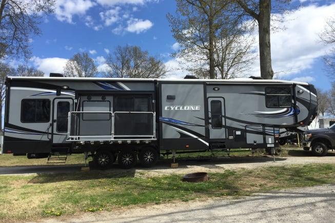 2016 Hesrtland Cyclone 4250 Toy Hauler 5th Wheel.