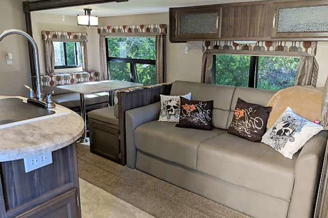 We are boondock friendly and will deliver and set up the camper to your rented site so you can start enjoy your camping experience with your family in this super clean 2017 Apex Ultralite 276BHSS travel trailer. Why stay in a hotel when you can visit friends and family in the great outdoors, we will have it ready to go. Just bring your clothes, toiletries, and food and you're set to take the perfect vacation!  This camper features a private master bedroom, double bunks, plenty of storage, a flat screen TV, a DVD player and indoor/outdoor speakers.
