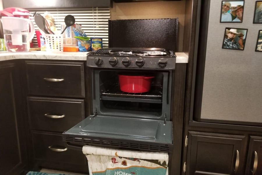 Fully equipped kutchen, 3 burner gas shove and oven, elec/gas refrig.