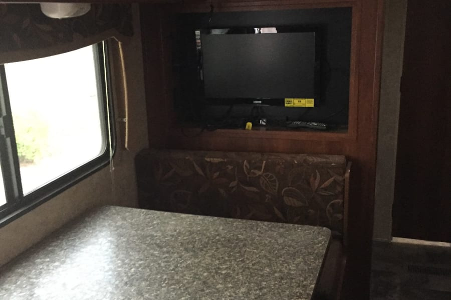Dinette (extra bed), TV with full stereo + aux jack for ipod/iphone music! + cd/dvd player w/ full sound system indoor and outdoor, hooked up and ready to go!