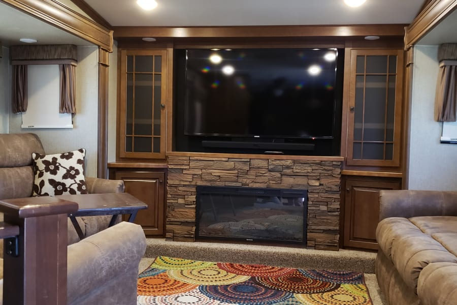 """Large Living area - 60"""" TV for watching Foot Ball!"""